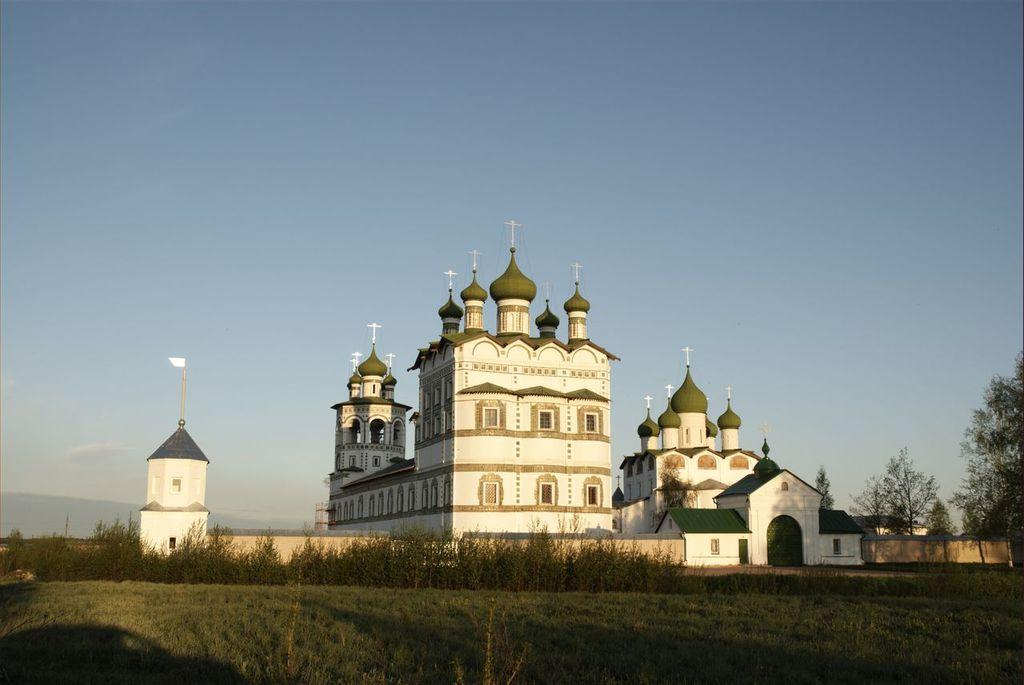 Вид монастыря с восточной стороны